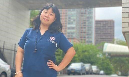 นักศึกษาแพทย์เอเชียฉลองตำแหน่งแพทย์ประจำบ้านของสหรัฐอเมริกา